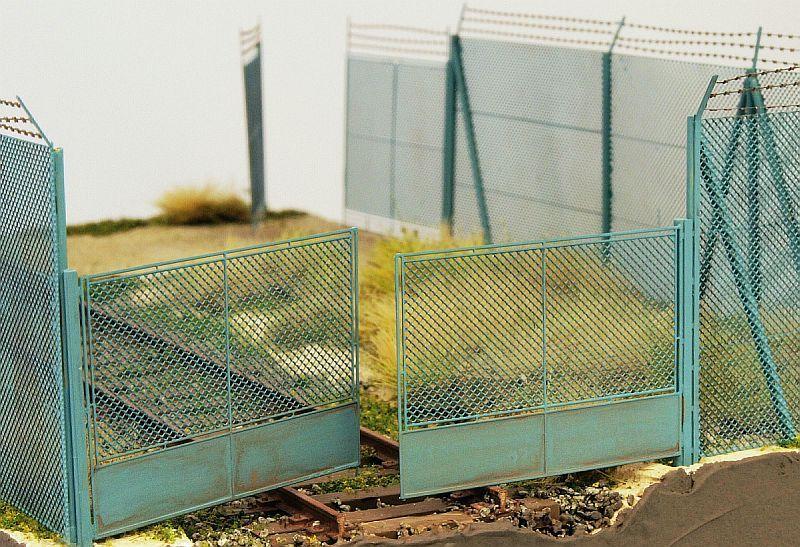Model Scene MS41141 szögesdrót kerítés kapuval (1:120)